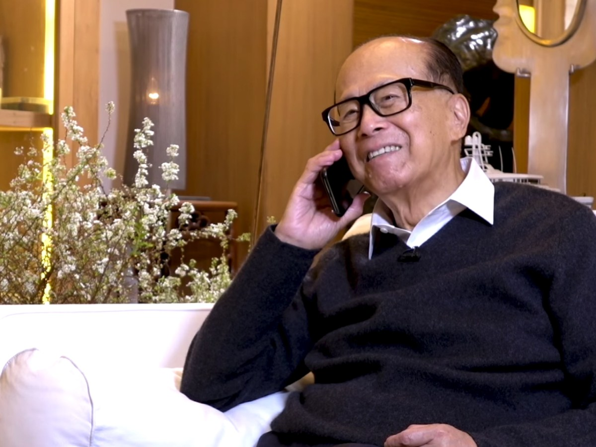 Li Ka-shing is delighted after hearing the news that his Shantou University rowing team had broken the world record. Photo: Li Ka / Shing Foundation
