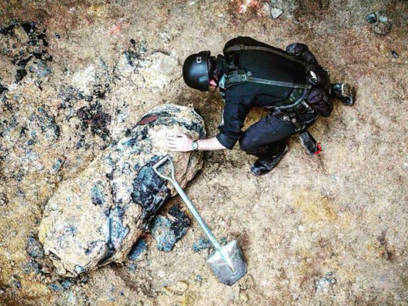 An Explosive Ordnance Disposal officer examines the bomb in Wan Chai on Hong Kong Island. Photo: Facebook, HK Police