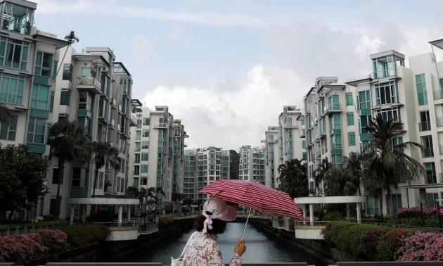 2017年2月13日,一名女子在新加坡路过一个私人公寓房地产。相片:路透社/ Edgar Su