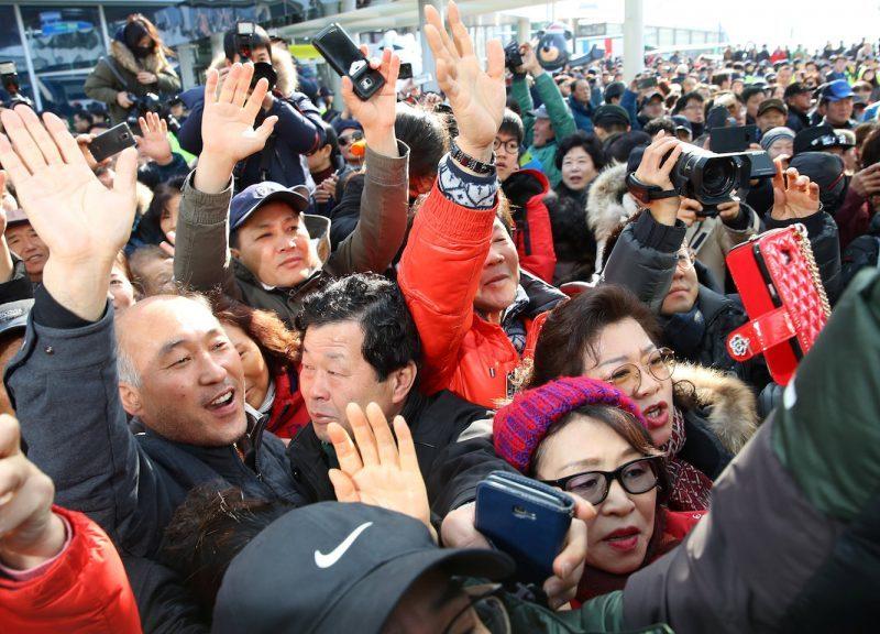 2017年1月21日,南韩民众在南韩江陵一个火车站迎接北韩三池渊乐团团长玄松月。相片:Yang Ji-woong/Yonhap via Reuters