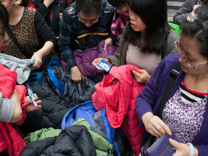 A woman buys jackets on a Hong Kong street. Forecasters says a cold week is coming. Photo: iStockphoto