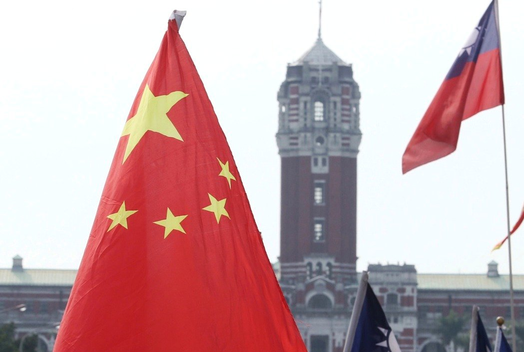A Chinese flag flies in front of the Taiwan Presidential Palace in Taipei. A Republic of China (Taiwan) flag is seen on the right. Photo: Central News Agency