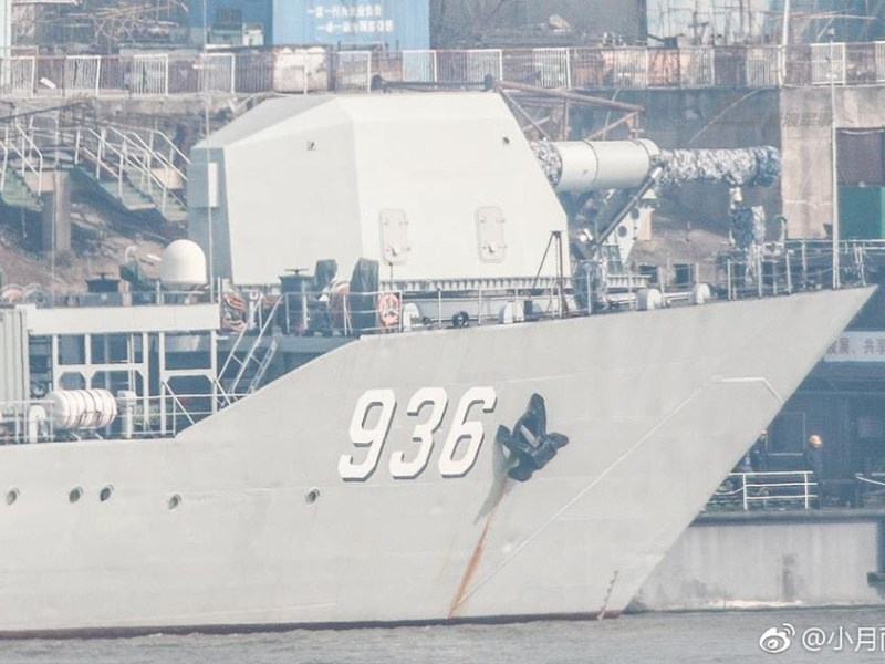 A large canon believed to be China's first homemade railgun is seen on the bow of the Haiyang Shan landing ship. Photo: Weibo/Sina Military