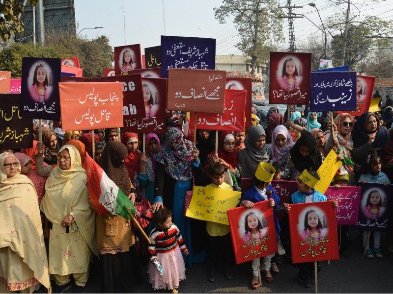 Pakistani activists hold up signs as they protest against the brutal rape and murder of Zainab Ansari in Pakistan. Photo: AFP