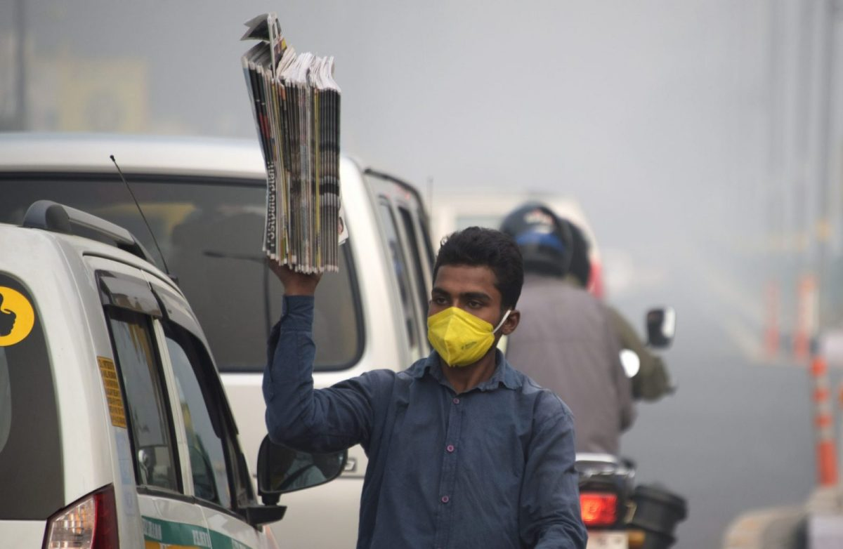 A man sells newspapers  amid heavy smog in New Delhi on November 10, 2017. Shashi Tharoor believes India's media have come to pollute public discourse. Photo: AFP / Dominique Faget
