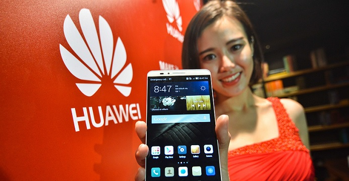 A model shows a Huawei smartphone at a tech expo.   Photo: Xinhua