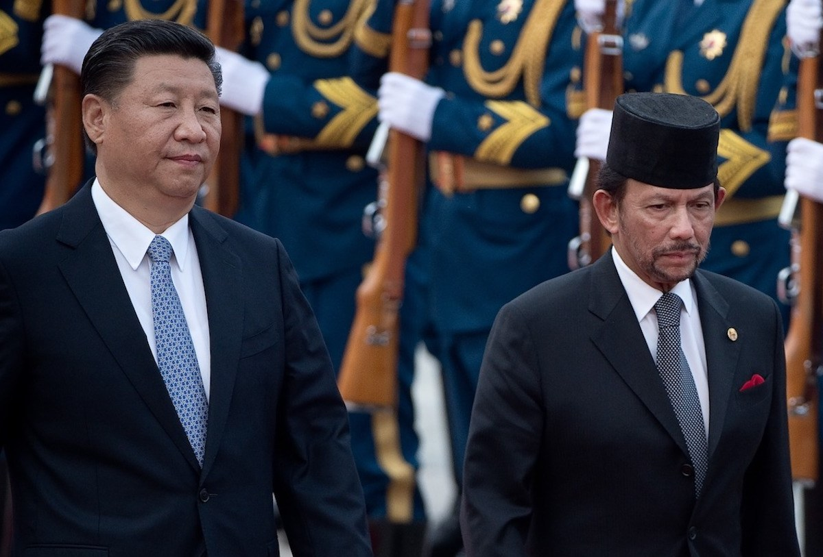 Sultan of Brunei Hassanal Bolkiah (R) reviews a military honor guard with Chinese President Xi Jinping (L) during a welcome ceremony outside the Great Hall of the People in Beijing on September 13, 2017. Photo: AFP/Nicolas Asfouri