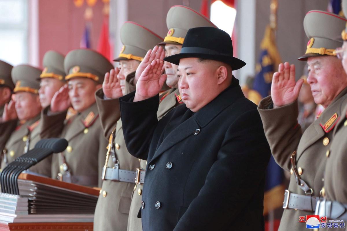 قائد كوريا الشمالية كيم يونج أون يحضر عرض عسكري ضخم احتفالاً بالذكزى ال70 لإنشاء جيش الشعب الكوري في ميدان كيم الثاني سونج في بيونج يانج في 9 فبراير/شباط 2018. صورة: KCNA/via Reuters