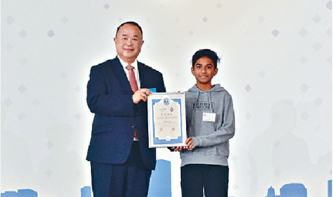 Khan Hanif (right) receives a Good Citizen Award certificate. Photo: HK Government