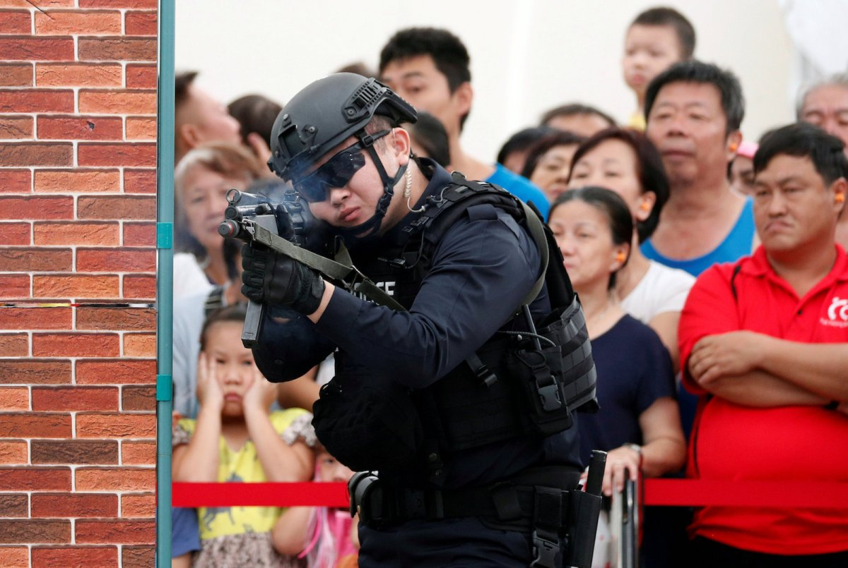 Police take part in a simulated gunmen attack demonstration for the public at a housing estate in Singapore December 10, 2017.  Photo: Reuters/Edgar Su