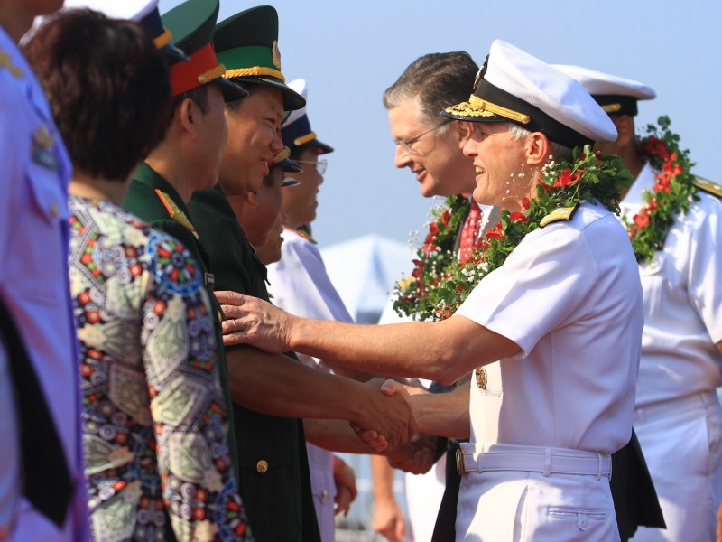 Vice Admiral Phillip G Sawyer (R), Commander of the US Navy's 7th Fleet, greets Vietnamese officials after the US aircraft carrier USS Carl Vinson pulled into port in Danang on March 5, 2018. Photo: AFP/Linh Pham