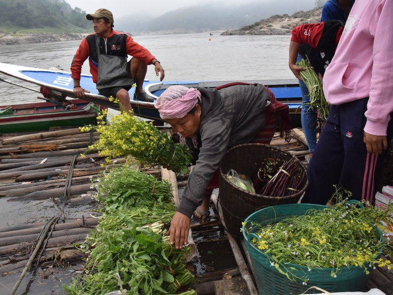 Busy morning on the Salween on Thailand-Myanmar border as women sell their products from riverbank gardens. Photo: International Rivers