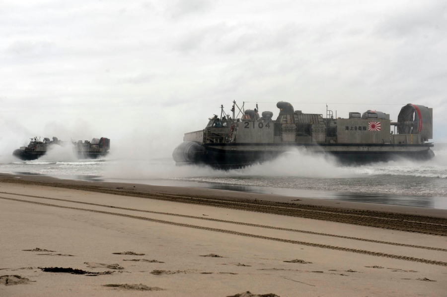 The Japan Maritime Self-Defense Force and US Navy simulate a beach-front assault at Camp Pendleton in California. Photo: Kenan O'Connor / US Navy