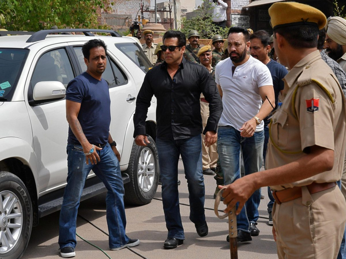 Bollywood actor Salman Khan (second left) arrives at a court in Jodhpur in the western state of Rajasthan. Photo: Reuters