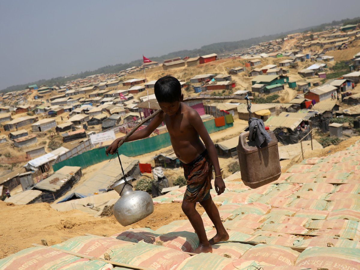 A Rohingya refugee boy carries water in the Kutupalong refugee camp, in Cox's Bazar on March 22, 2018. Photo: Reuters/ Mohammad Ponir Hossain