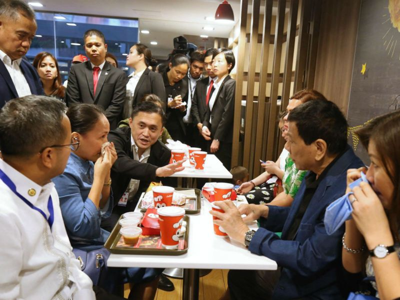 Duterte dines with domestic worker at a fast food outlet in Kowloon. Photo: Government of the Philippines @ Facebook