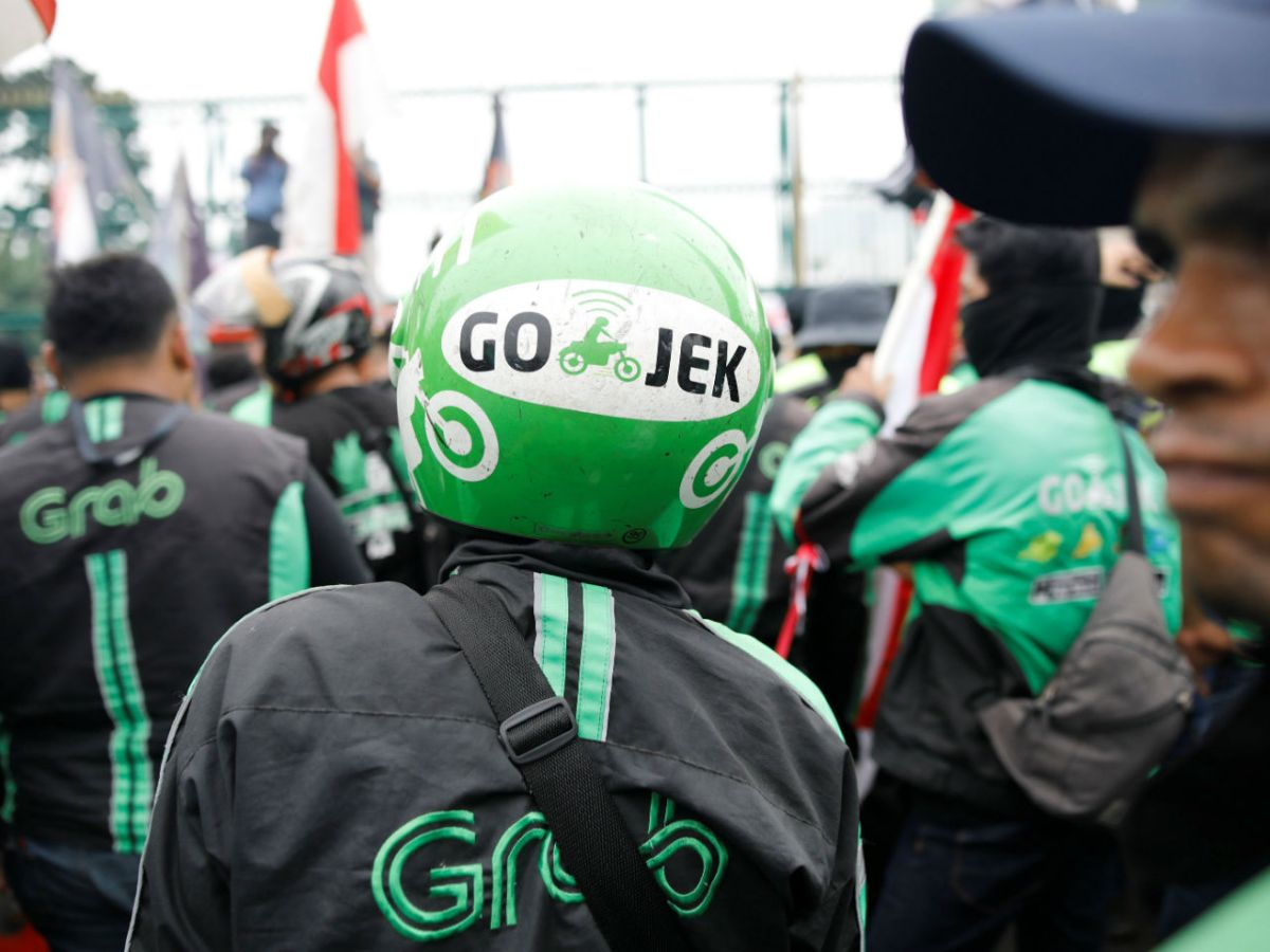 Motorcycle taxidrivers working for online ride-hailing start-ups Grab and Go-Jek protest against low tariffs outside parliament in Jakarta,Indonesia. Photo: Reuters/ Darren Whiteside