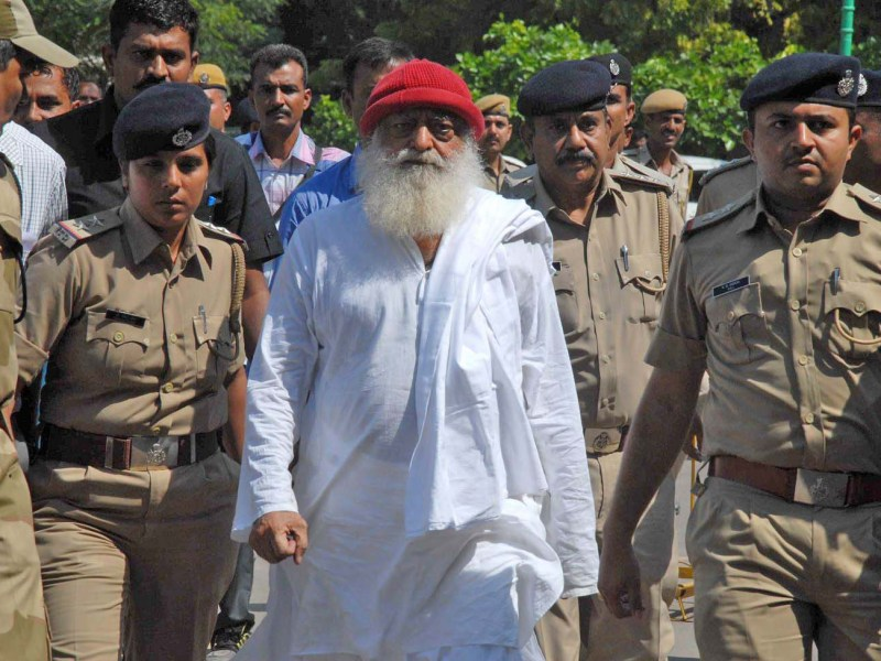 Spiritual guru Asaram Bapu, accused of sexually assaulting a minor, is escorted by Gujarat state police in Jodhpur, Rajasthan state on October 14, 2013. Photo: AFP