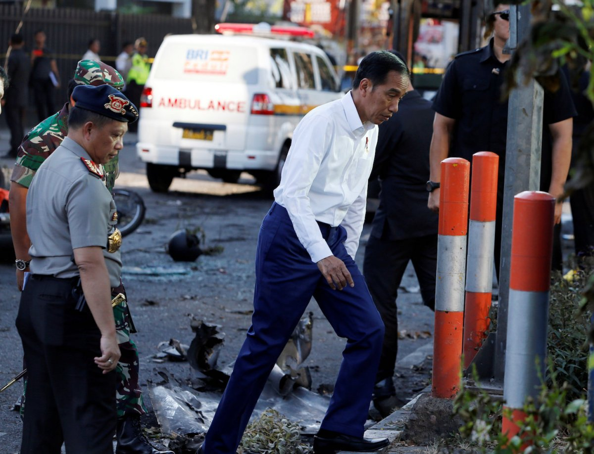 Indonesia President Joko Widodo (R) visits the bomb attack location at the Pentecost Church Central Surabaya (GPPS), in Surabaya, Indonesia May 13, 2018. Photo: Reuters/Beawiharta