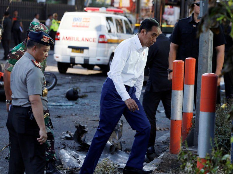 Indonesia President Joko Widodo (R) visits the bomb attack location at the Pentecost Church Central Surabaya (GPPS), in Surabaya, Indonesia May 13, 2018. Photo: Reuters/Beawiharta