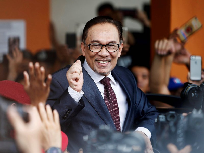 Malaysian politician Anwar Ibrahim gestures as he leaves a hospital where he is receiving treatment, ahead of an audience with Malaysia's King, in Kuala Lumpur, Malaysia May 16, 2018. Photo: Reuters/Lai Seng Sin