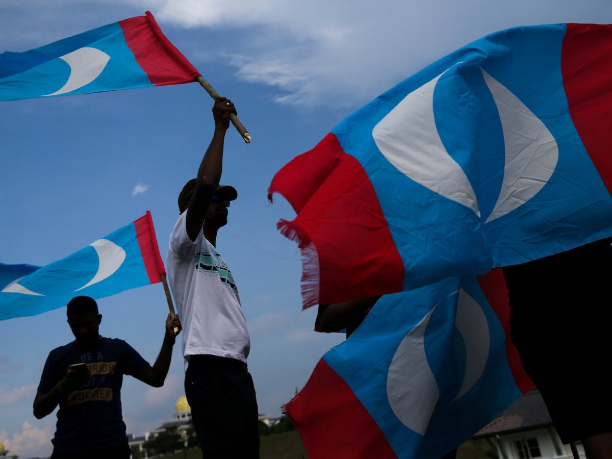 Supporters of new Malaysian Prime Minnister Mahathir Mohamad are seen outside of the National Palace, a day after general election in Kuala Lumpur, May 10, 2018. Photo: Reuters/Athit Perawongmetha