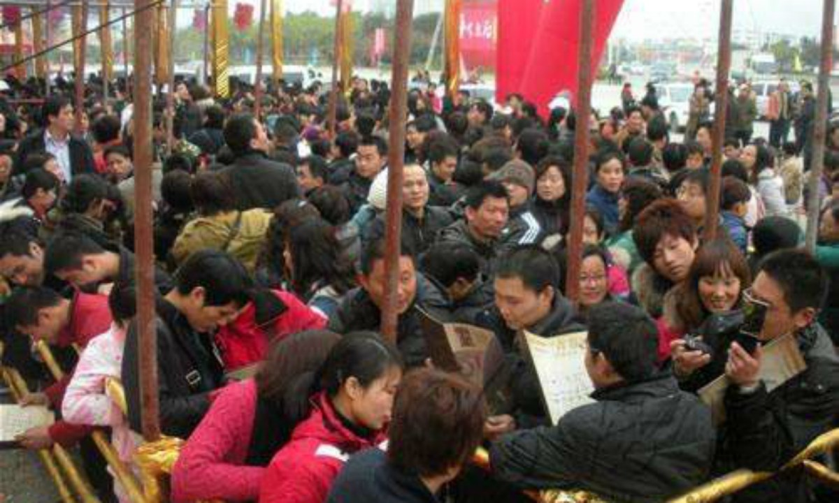 People queuing up to buy an apartment in Hangzhou over the weekend. Photo: qq.com