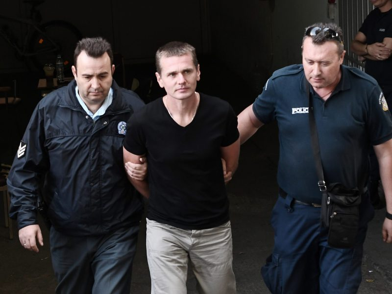 Russian Alexander Vinnik (C) is escorted by police officers as he arrives at a courthouse in Thessaloniki, Greece, on October 4, 2017.  Photo: AFP / Sakis Mitrolidis