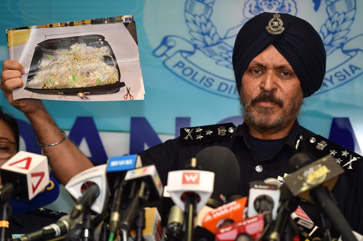 Amar Singh, head of the Malaysian Police's Commercial Crime Investigation Department, shows a picture of seized items while addressing media in Kuala Lumpur on June 27, 2018. Photo: AFP / Mohd Rasfan