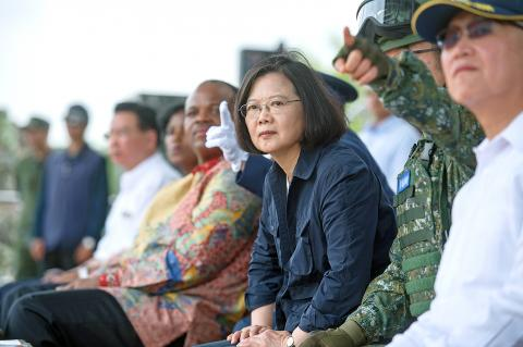 Taiwanese President Tsai Ing-wen (center, right) and Swazi King Mswati III (center, left) observe the Han Kuang exercise in Taichung on Thursday. Photo: Taiwan Presidential Office