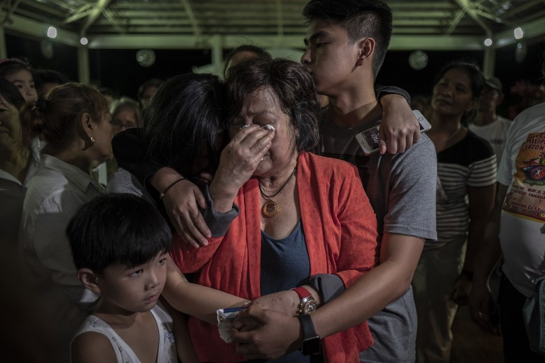 The family of Tanauan Mayor Antonio Halili mourn his death. 16 local officials have been killed in the country by either police or unknown assailants since Duterte took office two years ago. Photo: NurPhoto via AFP/Ezra Acayan
