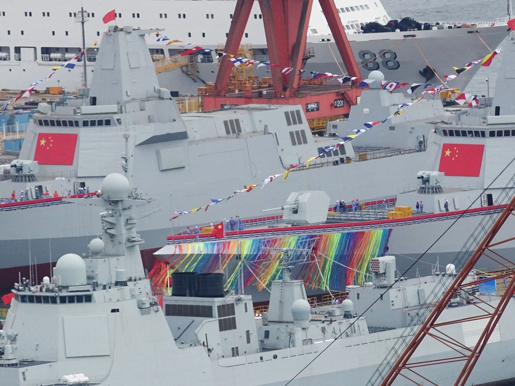 Type 055 class destroyers in the Dalian Shipyard. The 10,000-ton destroyer series is set to incorporate a full electric propulsion system. Photos: Weibo