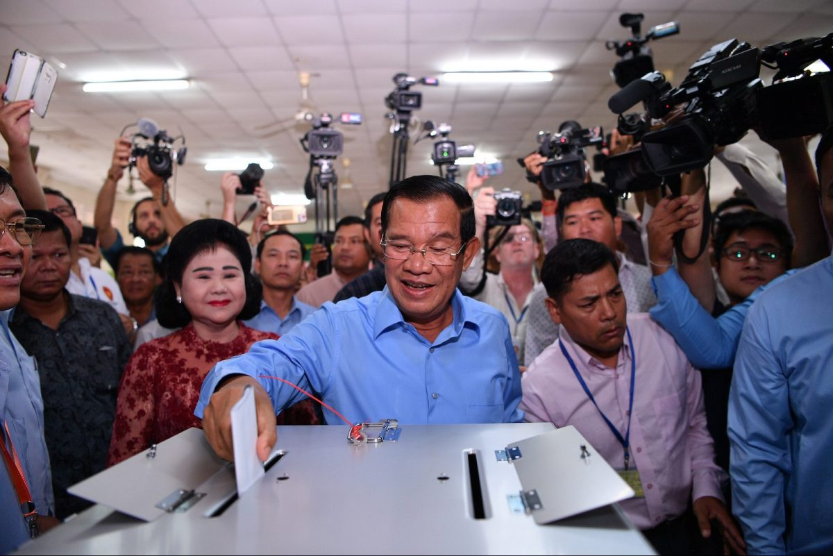 Cambodia's Prime Minister Hun Sen (C) casts his vote during the general elections as his wife Bun Rany (centre L) looks on in Phnom Penh on July 29, 2018. Photo: AFP/Manan Vatsyayana
