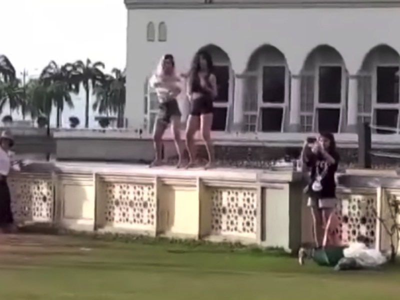 Two Chinese women were deported from Malaysia after they danced in front of a mosque. Photo: YouTube