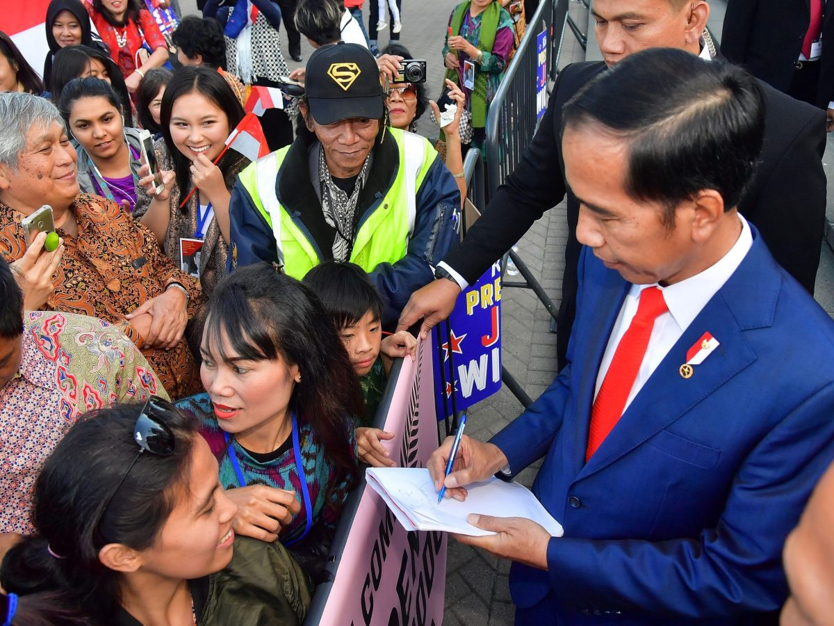 Indonesia's President Joko Widodo (R) meets with supporters as he leaves the parliament after meeting New Zealand's prime minister in Wellington on March 19, 2018. Photo: AFP/Marty Melville