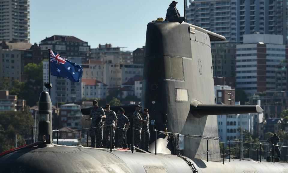 澳洲皇家海軍的科林斯級潛艇沃勒號(HMAS Waller SSG 75)柴電潛艇在悉尼港上出沒。相片:AFP