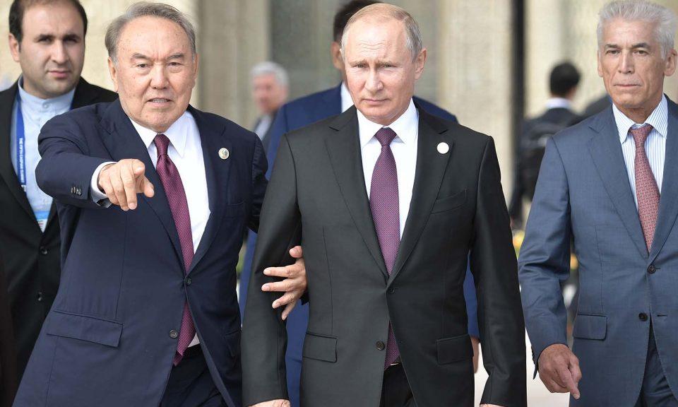 俄羅斯總統普京和哈薩克斯坦總統納扎爾巴耶夫參加在哈薩克城市阿克套(Aktau)舉行第5屆裏海首腦峰會時沿著裏海堤岸走。相片:Sputnik / Aleksey Nikolskyi