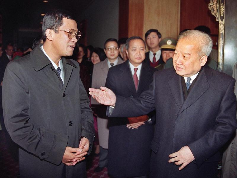 Then Cambodian King Norodom Sihanouk (R) welcomes then co-Prime Minister Hun Sen in a 1991 file photo: Photo: AFP/Mike Fiala