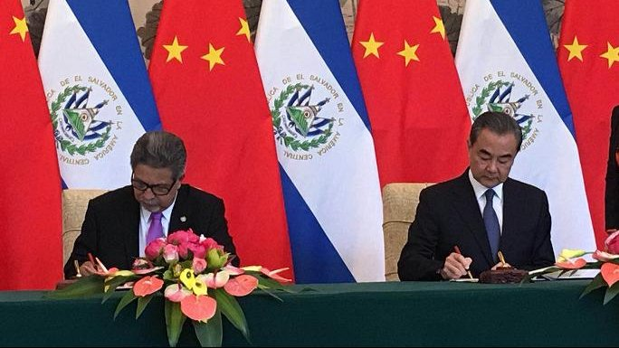 The Chinese and Salvadoran foreign ministers sign documents to establish diplomatic ties. Photo: People's Daily