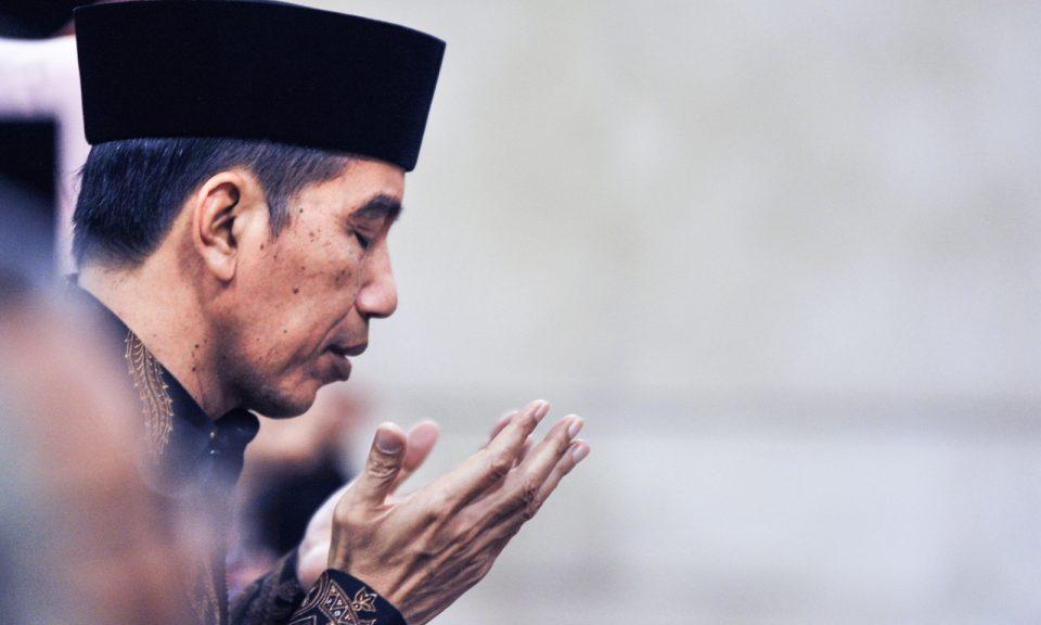 印尼總統維多多於2018年6月5日在雅加達總統府舉行的「古蘭經降臨節」(Nuzulul Alquran),活動期間祈禱。相片:NurPhoto via AFP Forum