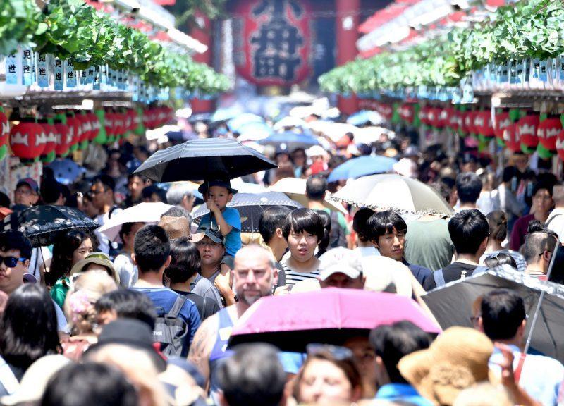 今年7月24日,人們於東京淺草區極度炎熱的天氣下行走。日本經歷了10天以上的熱浪,在7月23日,熊谷的溫度高達攝氏41度(即華氏106度),這是一項新的全國紀錄。超過22,647人在一周內接受中暑治療,至少65人死亡。相片:AFP / Yomiuri Shimbun