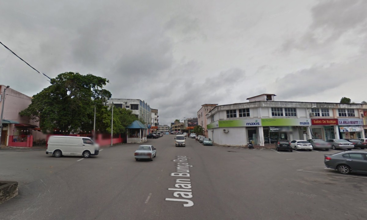 The intersection where the woman fought off handbag thieves on Jalan Haji Kassim, Mentakab, Pahang, Malaysia. Photo: Google Maps