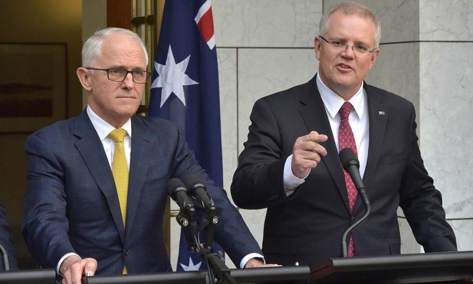 澳洲前財長莫里森(右)於2018年8月22日在堪培拉國會大樓與時任總理特恩布爾發表講話。相片:AFP / Mark Graham