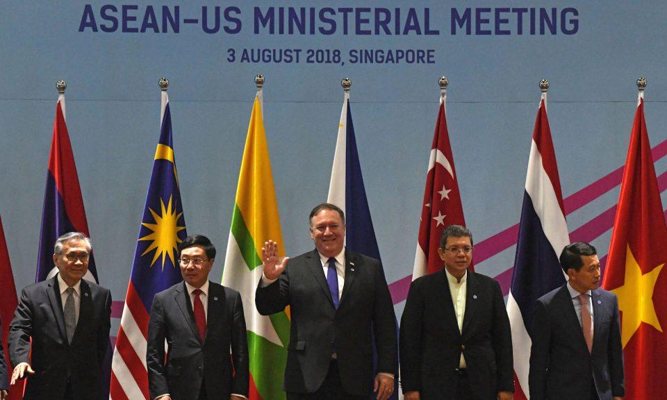 2018年8月3日在新加坡舉行的第51屆東盟外長會議:美國國務卿蓬佩奧(中)與泰國外交部長帕馬威奈(Don Pramudwinai)(左)、越南副總理兼外交部長范平明(Pham Binh Minh)(左二)、馬來西亞外交部長賽夫丁(Saifuddin Abdullah)(右二)和老撾外交部長貢瑪希(Saleumxay Kommasith)(右)合照。相片:AFP / Roslan Rahman