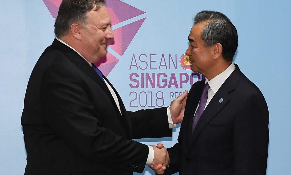 美國國務卿蓬佩奧(左)和中國外交部長王毅(右)於2018年8月3日在新加坡舉行第51屆東盟外長會議前握手。相片:AFP / Mohd Rasfan