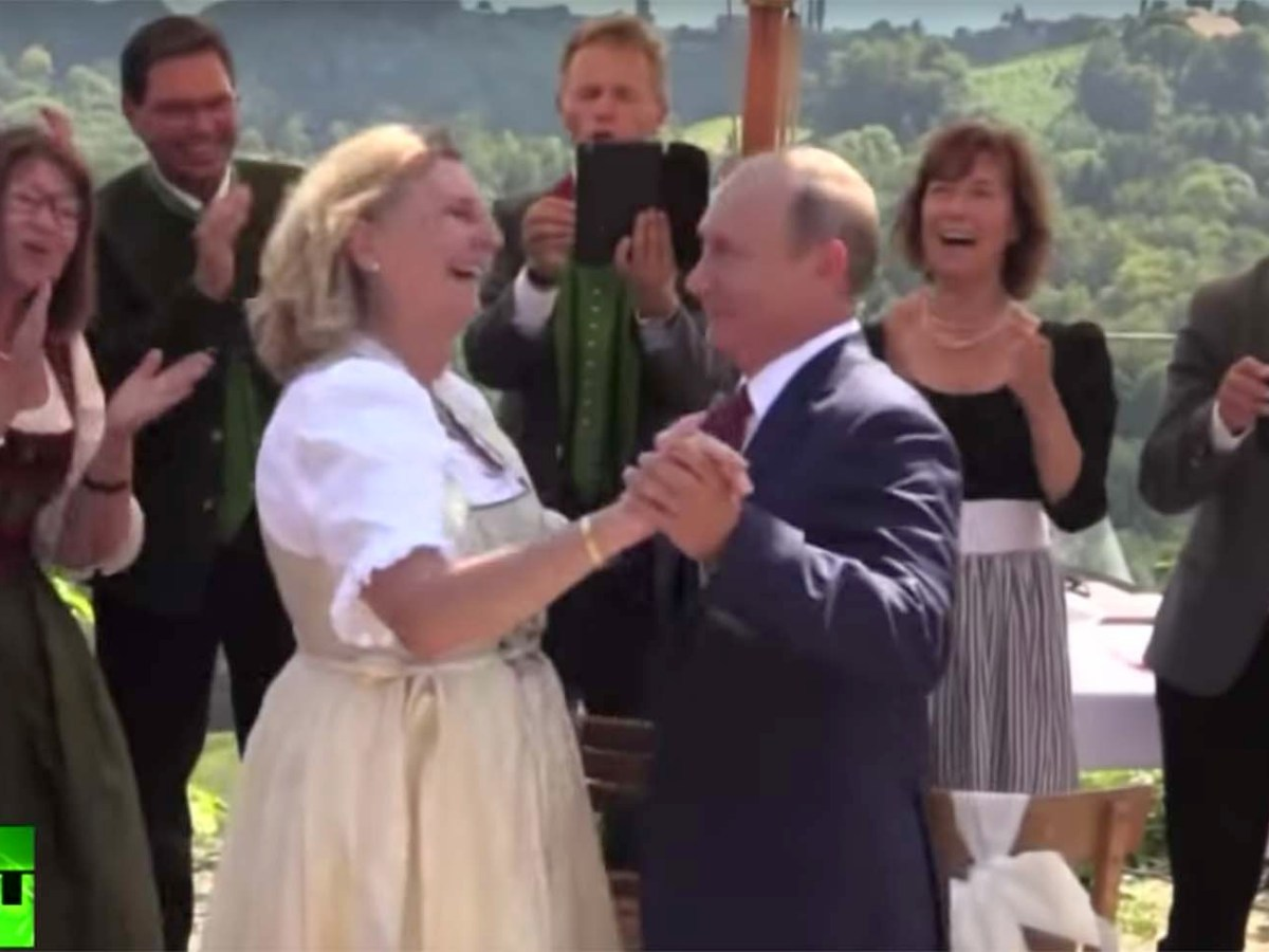 Russian President Vladimir Putin dances with  Austrian Foreign Minister Karin Kneissl at her wedding on August 18, 2018. Photo: Screen grab courtesy of RT
