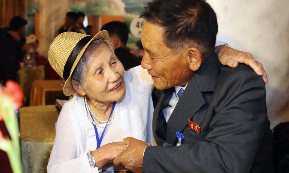 2018年8月20日,92歲的南韓人Lee Keum-seom(左)在金剛山度假村舉行的一次家庭團聚會議上與71歲的住在北韓的兒子Ri Sung Chol會面。相片:AFP