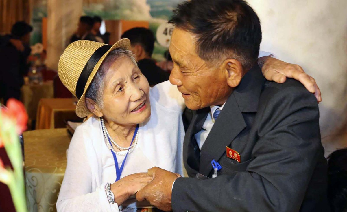 South Korean Lee Keum-seom (L), 92, meets with her North Korean son Ri Sung Chol, 71, during a separated family reunion meeting at the Mount Kumgang resort on the North's southeastern coast on August 20, 2018. Photo: AFP