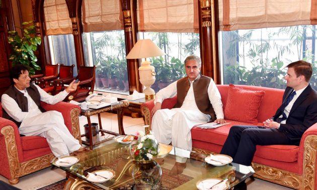 美國駐巴基斯坦大使黑爾(David Hale)(右)於2018年8月24日在伊斯蘭堡與巴基斯坦外交部長庫雷希(ShahMahmood Qureshi)(中)會晤時跟巴基斯坦總理伊姆蘭汗(左)交談。相片:AFP PHOTO / HO / Pakistan Press Information Department