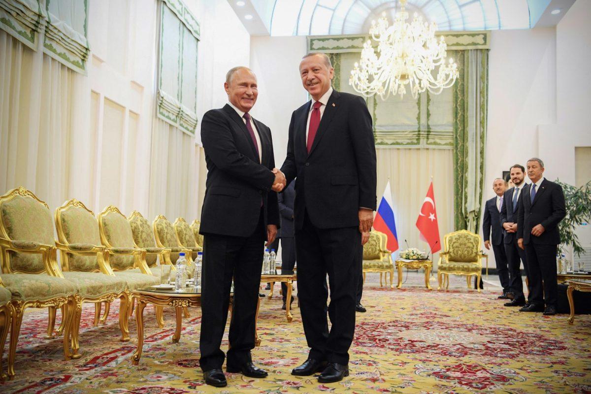 Turkish President Recep Tayyip Erdogan, right, shakes hands with his Russian leader Vladimir Putin during a meeting in Tehran on September 7, 2018. Photo: AFP / Kirill Kudryavtsev